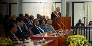 President Bouterse presenteert jaarrede in DNA